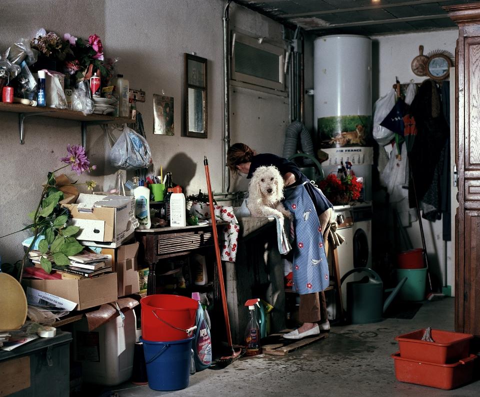Aurore Valade -Toilette du chien, Grooming the Dog. INTÉRIEURS AVEC FIGURES